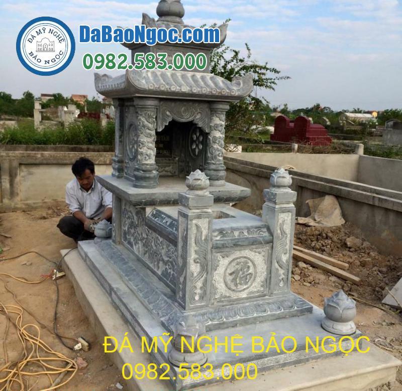 Nghệ nhân đang thi công mộ đá hai mái tại Thanh Hóa
