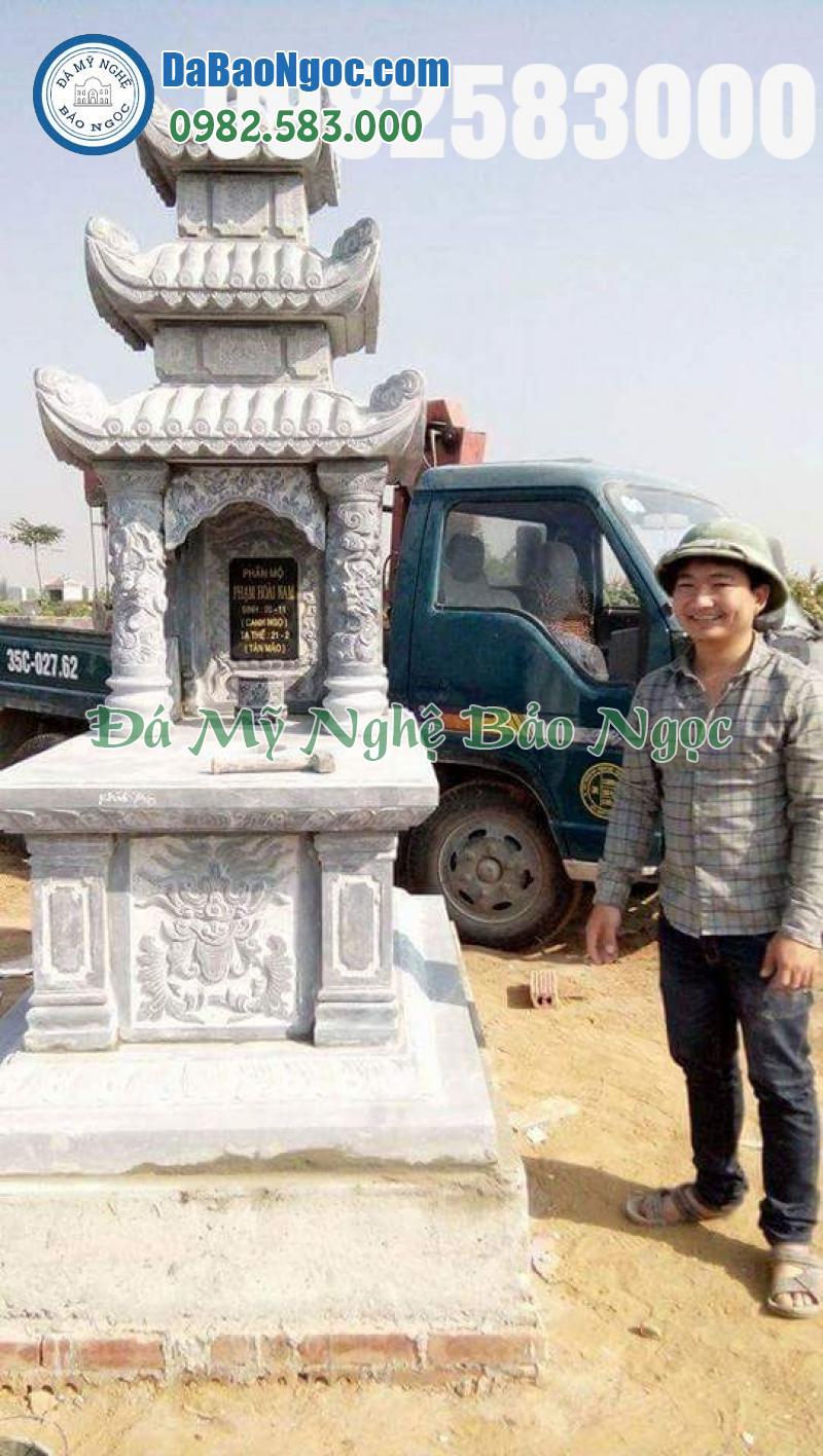 Nghệ nhân Lương Uy Lực bên công trình mộ đá ba mái tại Ninh Bình