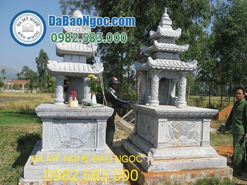hai mộ đá ba mái ddocwj làm từ năm 2012 nhưng còn rất đẹp