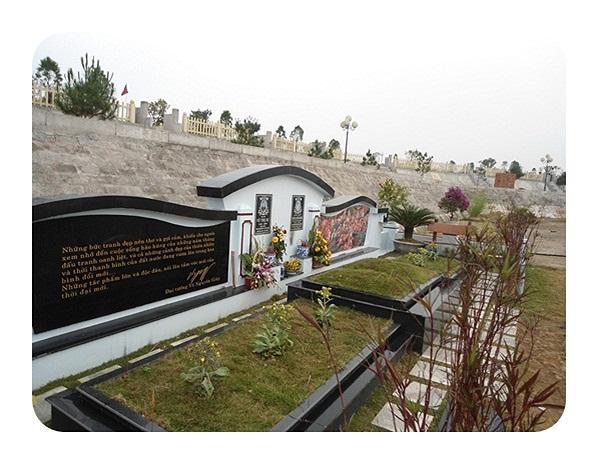 """Một công nhân đang thi công ở đây cho biết, đa số khách đặt mua những phần mộ nằm trong """"khu biệt thự nhà vườn"""" đều cầu kỳ về việc thi công từng chi tiết nhỏ như đá ốp mộ, bia đá"""