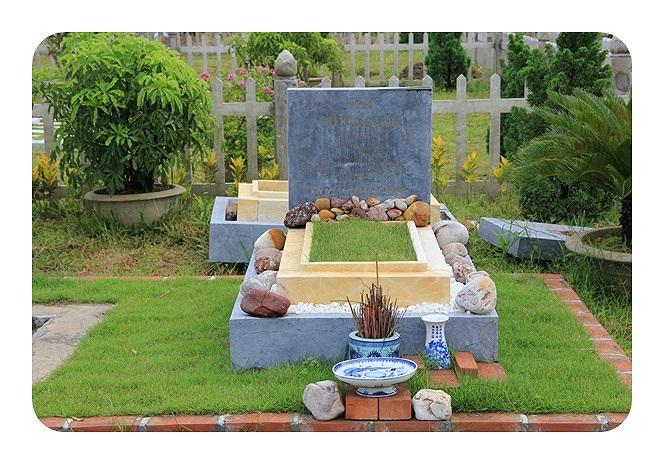 Có những bia mộ được làm từ đá nguyên khối nhập khẩu từ Đức, Chỉ tính riêng tiền đá ốp mộ cũng lên đến hàng trăm triệu đồng