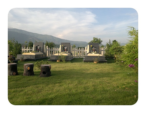 Trong khu khuôn viên nghĩa trang rộng, người ta chỉ được xây dựng mộ phần trên một phần đất nhỏ,  không gian còn lại sẽ được thiết kế dành cho cây cảnh, bàn ghế, xích đu, nhà chòi. Tại  những khu mộ có diện tích rộng hơn, người ta xây dựng cả Từ đườn