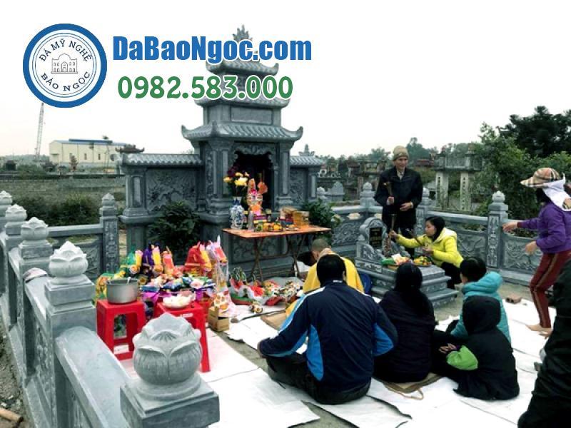 Lễ cúng tổ tiên tại khu lăng mộ đá