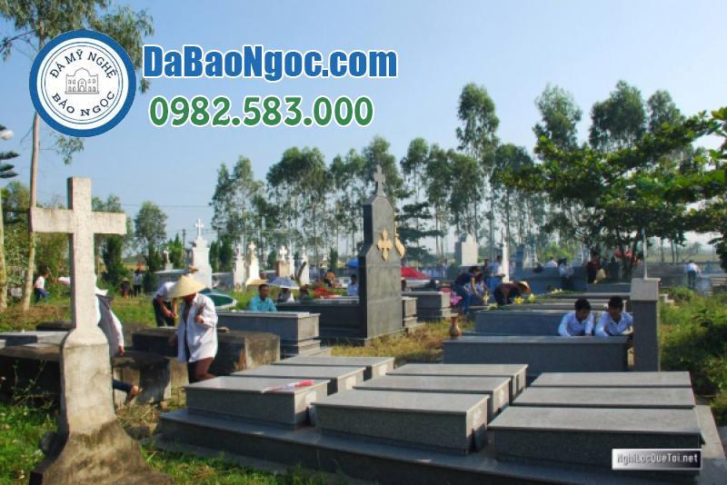 Người nhà tiến hành quét dọn khu nghĩa trang công giáo