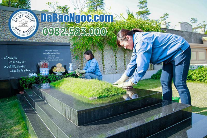 Con cháu tiến hành lau dọn, nhỏ cỏ trong dịp tảo mộ