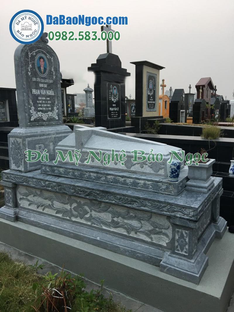 Mộ đá công giáo với cây thánh giá trên mộ